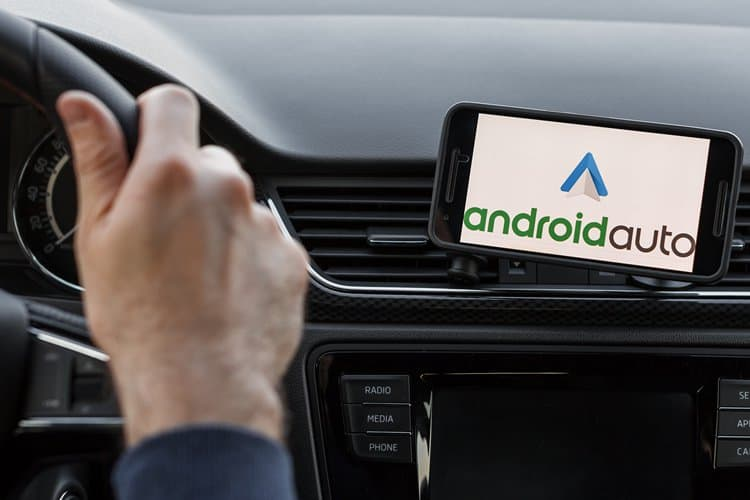Image 1: WhatsApp in Android Auto: Everything you Can and Can't Do